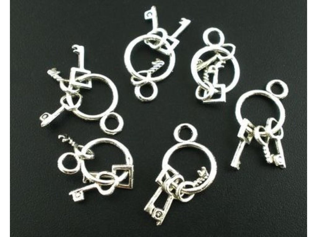 """Metalinis pakabukas """"Tamsinto sidabro rakteliai ant žiedo"""", 1vnt."""